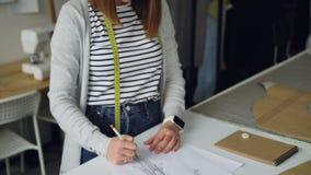 Il colpo di inclinazione-su del progettista creativo dell'abbigliamento si è concentrato sullo schizzo del disegno dell'indumento archivi video