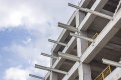 Il colpo di prospettiva di costruzione di nuovo cemento armato e dei fasci del metallo ha collegato la costruzione con cielo blu  Fotografia Stock Libera da Diritti