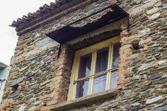 Il colpo di prospettiva della pietra della muratura ha costruito il vecchio edificio residenziale a Smirne alla Turchia immagini stock libere da diritti