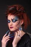 Il colpo gotico di stile di una donna con l'artiglio suona con gli occhi chiusi Fotografie Stock Libere da Diritti