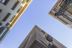 Il colpo inferiore di cemento armato ha costruito le siluette dell'edificio residenziale con via stretta a Smirne alla Turchia immagine stock
