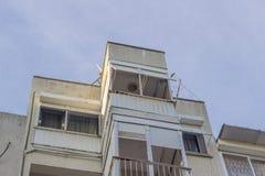 Il colpo inferiore di cemento armato ha costruito il vecchio edificio residenziale con via stretta a Smirne alla Turchia fotografia stock libera da diritti