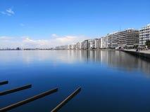 Il colpo lungo dell'esposizione del brach di Salonicco, del porto le costruzioni ed il sole sta rendendo il giorno perfetto dopo  immagine stock libera da diritti