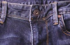 Il colpo orizzontale di un bottone sull'jeans vola Fotografia Stock
