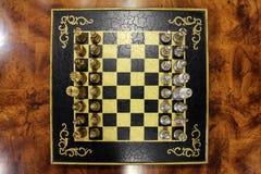 Il colpo sopraelevato di una scacchiera con i pezzi degli scacchi ha allineato Fotografie Stock Libere da Diritti