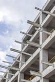 Il colpo verticale di prospettiva di costruzione di nuovo cemento armato e dei fasci del metallo ha collegato la costruzione con  Fotografia Stock Libera da Diritti