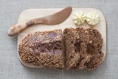Coltello del pane, del burro e di pane Immagine Stock