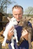 Il coltivatore con i goatlings. immagini stock