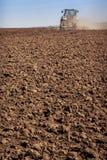 il coltivatore del trattore alza la grande polvere su suolo Fotografie Stock Libere da Diritti