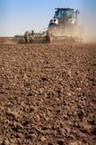 il coltivatore del trattore alza la grande polvere su suolo Immagini Stock Libere da Diritti