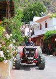 Il coltivatore greco guida il suo trattore Fotografie Stock Libere da Diritti
