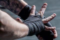 Il combattente benda le sue mani Fotografia Stock Libera da Diritti