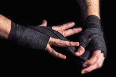 Il combattente benda le sue mani Immagini Stock