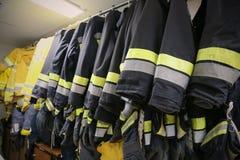 Il combattente di fuoco su olio e industria del gas, il riuscito pompiere sul lavoro, il vestito del fuoco per il combattente con Immagine Stock Libera da Diritti