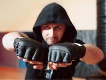 Il combattente di via aggressivo mostra i suoi pugni fotografie stock libere da diritti