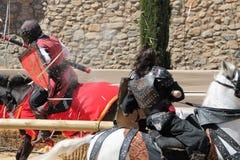 Il combattimento medievale knights il combattimento con le lance fotografia stock