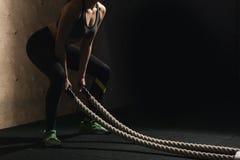 Il combattimento ropes la ragazza al corpo misura esercizio di allenamento della palestra Fotografie Stock Libere da Diritti