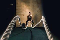 Il combattimento ropes la ragazza al corpo misura esercizio di allenamento della palestra Immagini Stock Libere da Diritti
