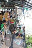 Il commerciante è arrosto di maiale sulla barca da servire ai clienti fotografie stock libere da diritti
