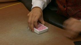 Il commerciante mescola le carte per giocare il poker video d archivio