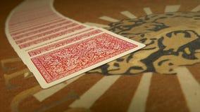 Il commerciante mescola le carte per giocare il poker archivi video