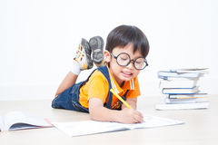 Il compito di scrittura del ragazzo Immagini Stock Libere da Diritti