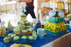 Il compleanno del neonato ha decorato la tavola Fotografie Stock Libere da Diritti