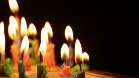 Il compleanno esamina in controluce la luce sul nero isolato video d archivio