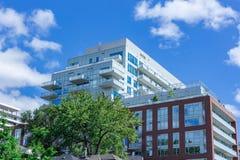 Il complesso condominiale moderno nel cielo blu dell'albero della città si appanna fotografia stock libera da diritti