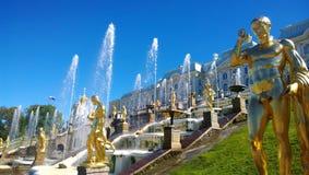 Il complesso famoso della fontana nella periferia di St Petersburg - Peterhof Fotografie Stock Libere da Diritti