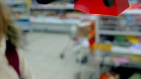 Il compratore esplora il codice a barre nel deposito stock footage