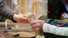 Il compratore paga il venditore nel mercato del nuovo anno stock footage