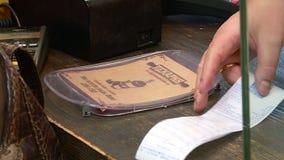 Il compratore paga l'acquisto nel deposito archivi video