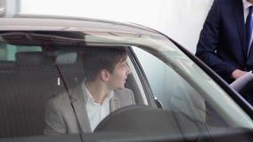 Il compratore potenziale sta considerando l'interno dell'automobile stock footage