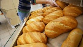 Il compratore sceglie il pane fresco in un supermercato video d archivio