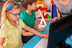 Il computer dei bambini ci classifica per istruzione ed il video gioco Fotografia Stock