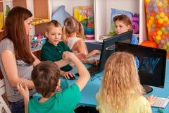 Il computer dei bambini ci classifica per istruzione ed il video gioco Fotografie Stock
