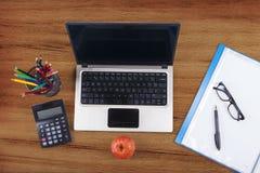 Il computer portatile con la scuola fornisce 1 Fotografia Stock Libera da Diritti