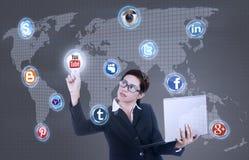 Il computer portatile della tenuta della donna di affari clicca sopra la rete sociale Immagini Stock Libere da Diritti