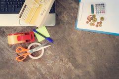 Il computer portatile di spedizione che vende la consegna online di commercio elettronico di cose che comperano online e la monet fotografie stock libere da diritti