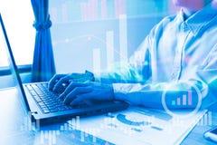 Il computer portatile funzionante della gente nel grafico del Ministero degli Interni del mercato azionario t Fotografia Stock Libera da Diritti