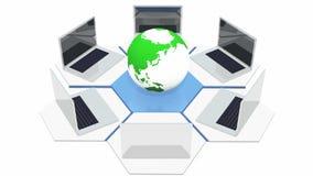 il computer portatile 4k intorno a 3d gira la terra, dispositivi che si collegano ad Internet, computazione della nuvola royalty illustrazione gratis