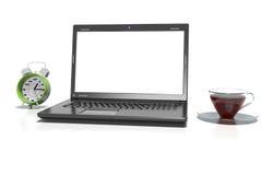 Il computer portatile, la tazza del thea caldo e la sveglia, 3d rendono Fotografia Stock Libera da Diritti