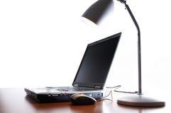 Il computer portatile sullo scrittorio immagine stock