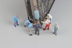 Il computer ripara il concetto con le mini figure e componenti Immagini Stock Libere da Diritti