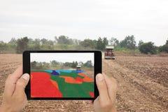 Il concetto astuto dell'agricoltura, compressa di uso dell'agricoltore ha letto l'infrarosso in TR Immagine Stock Libera da Diritti