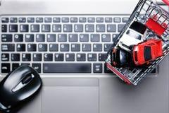 Il concetto automobilistico di vendite con i molti automobile di modello gioca in un carrello fotografie stock libere da diritti