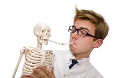 Il concetto contro il fumo con l'uomo e lo scheletro Fotografia Stock