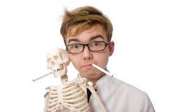 Il concetto contro il fumo con l'uomo e lo scheletro Fotografia Stock Libera da Diritti
