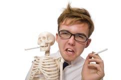 Il concetto contro il fumo con l'uomo e lo scheletro Immagine Stock
